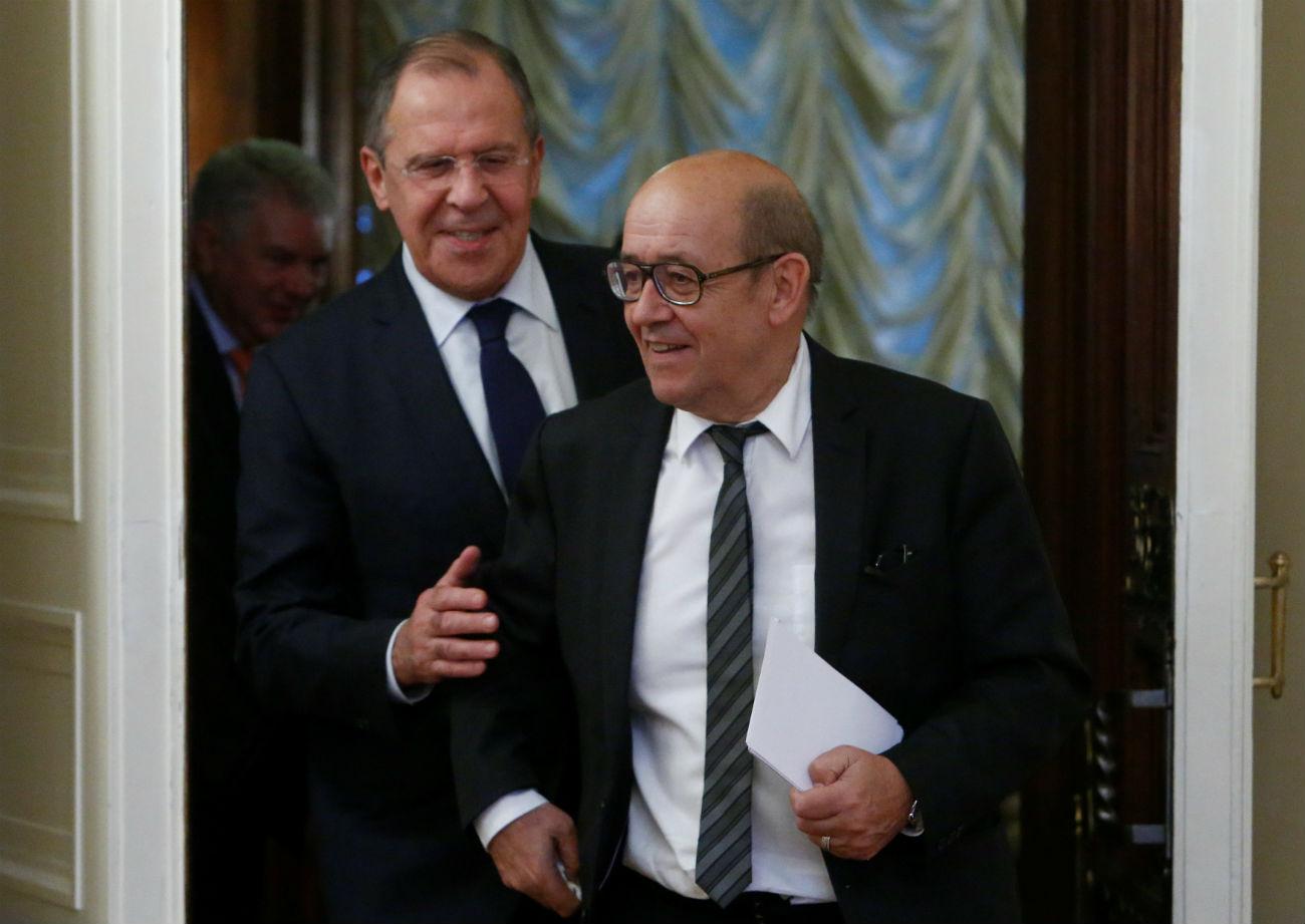 Menteri Urusan Eropa dan Luar Negeri Perancis Jean-Yves Le Drian (kanan) dan Menlu Rusia Sergei Lavrov.