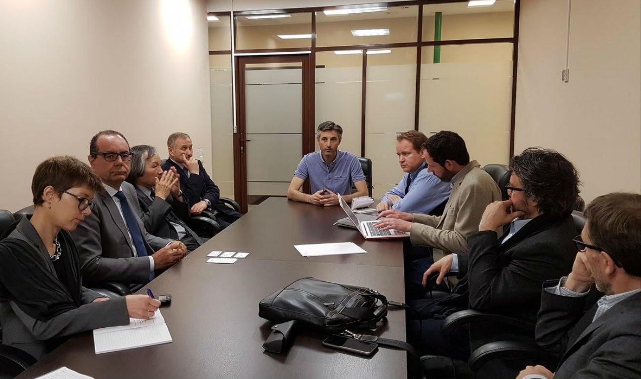 Yannick Tranchier entouré d'entrepreneurs du Val D'Oise en pleine réunion dans une des salles des nouveaux locaux. Crédit: Service de presse