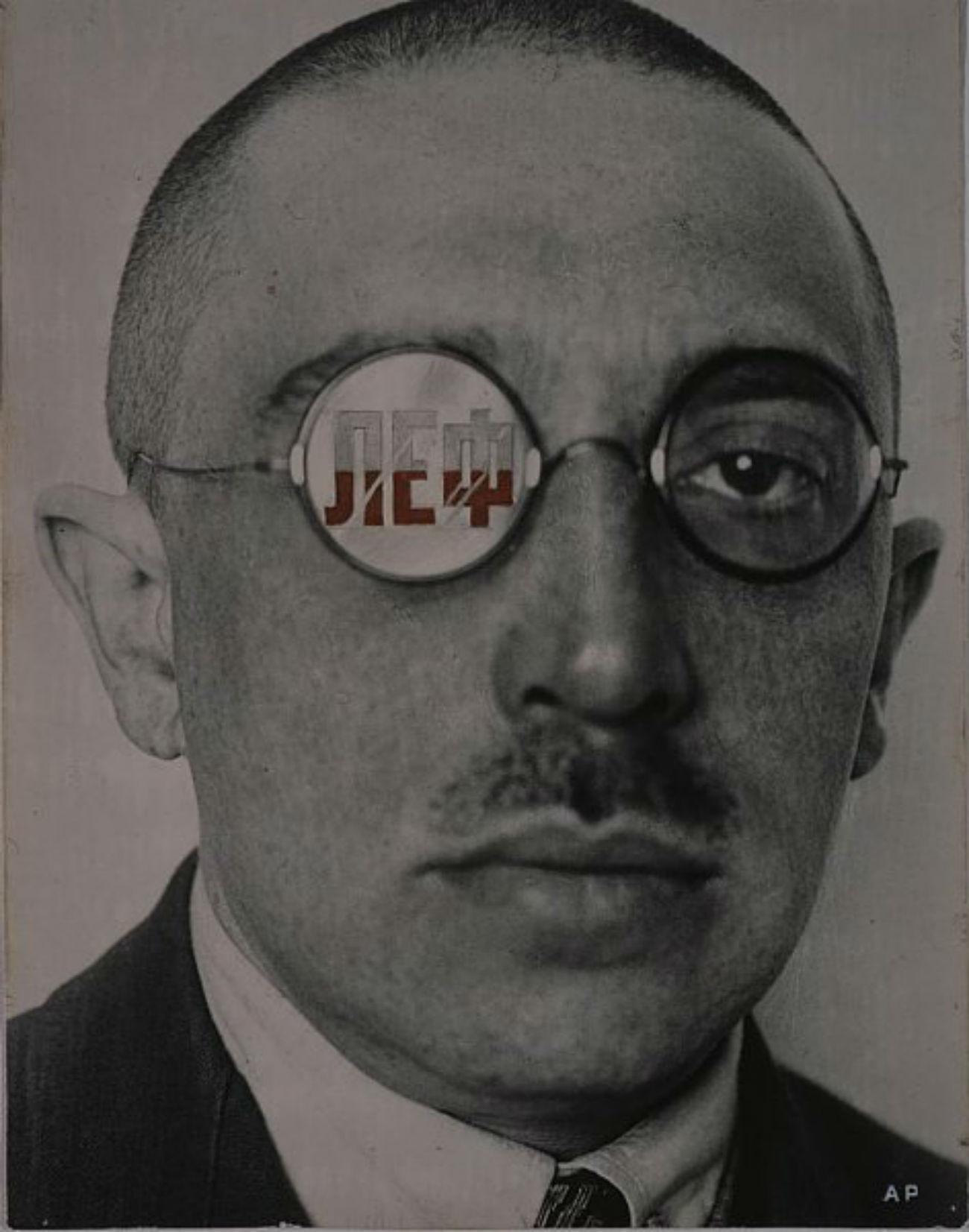 Il collabora avec de nombreux journaux, magazines et maisons d'édition, qui lui demandèrent d'élaborer des illustrations de couvertures et des travaux de mise en page. / 1924 Variante de couverture du magazine LEF. Portrait-charge d'Ossip Brik, 1924