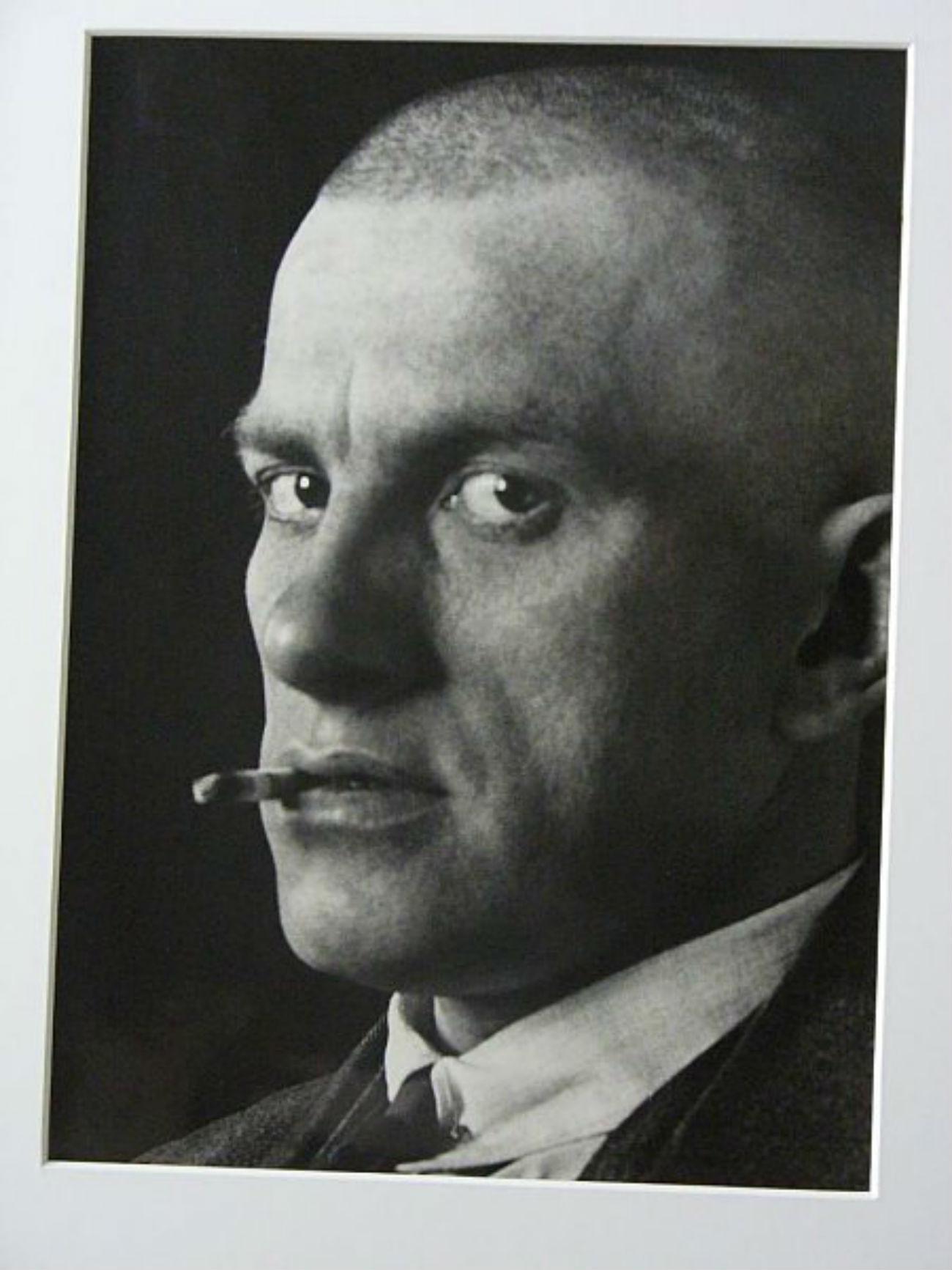 Il travaillait régulièrement en collaboration avec sa femme, l'artiste Varvara Stepanova. Avec elle, il réalisa notamment plusieurs albums de photographies, dont Les 15 ans du Kazakhstan, L'Aviation soviétique et L'Armée rouge. / Vladimir Maïakovski, 1924