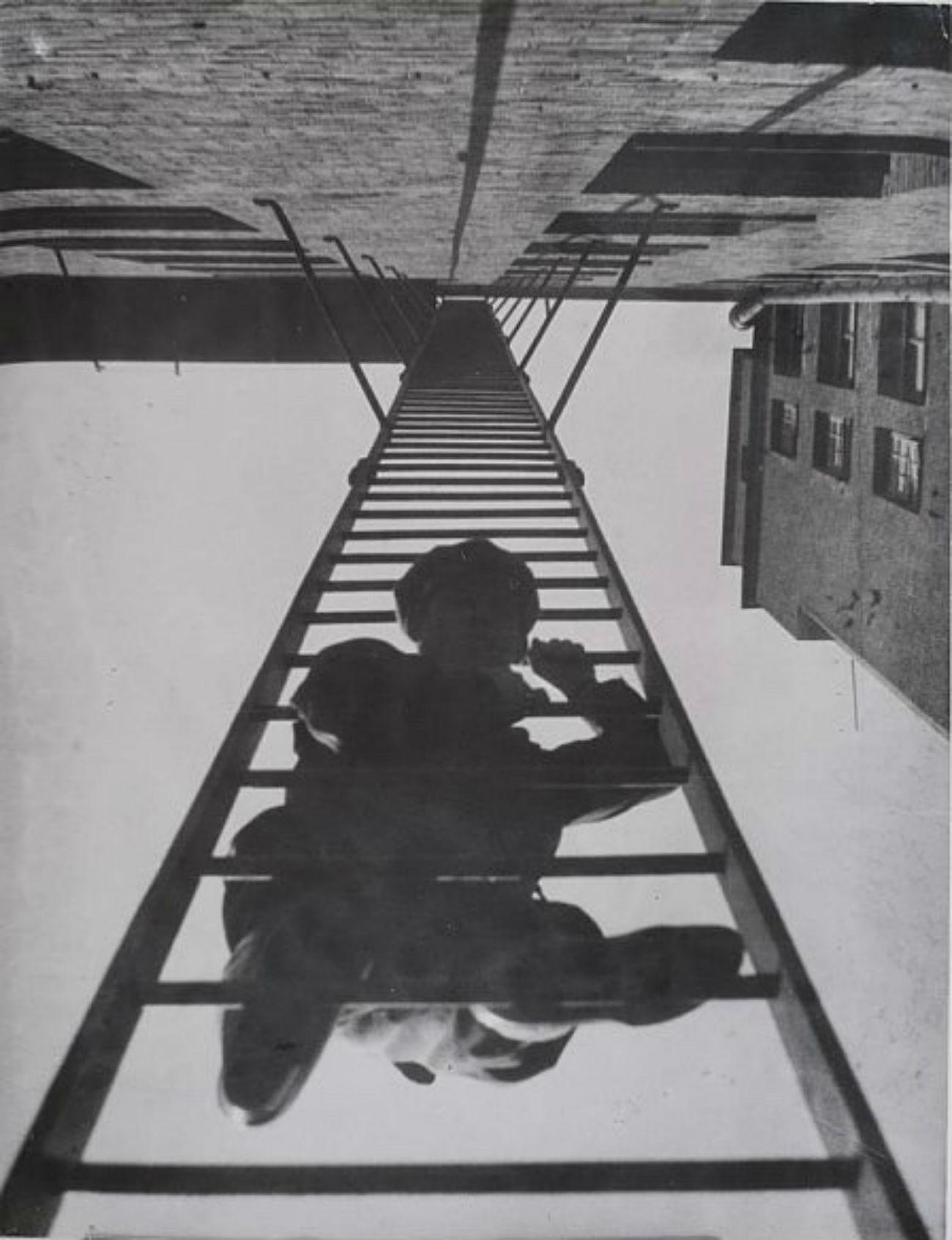 Au-delà de son activité artistique, il fut professeur dans différents établissements, où il enseigna aux étudiants à inventer des objets multifonctionnels à usage quotidien. / Escalier de secours, 1925