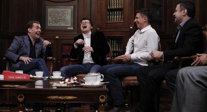Dmitrij Medvjedev sa sudionicima emisije Comedy Club. Izvor: ITAR-TASS.