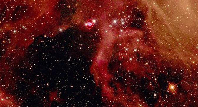 "Ostaci supernove SN1987A (sjajno polje s dva crvena prstena iznad središta). Fotografija teleskopa ""Hubble"", slobodni izvori."