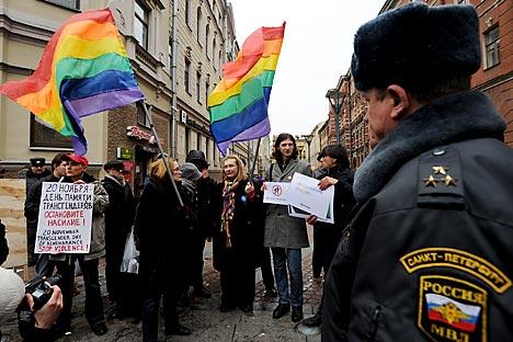 """Novi zakon, koji su u veljači donijele vlasti Sankt Peterburga, zabranjuje promoviranje """"sodomije, lezbijstva, biseksualnosti i transrodnosti"""" . Izvor: ITAR-TASS."""