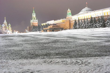 Crveni trg i snijeg uvijek čine vrlo skladnu kombinaciju. Fotografija iz slobodnih izvora.