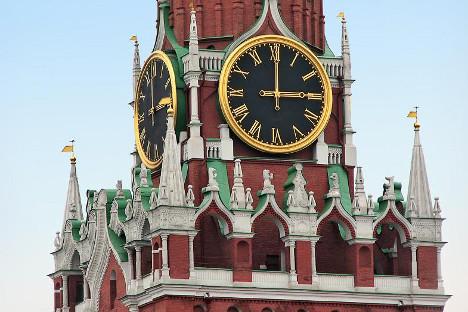 Prema tradiciji, sat na Moskovskom Kremlju najavljuje kraj stare i dolazak Nove godine. Izvor: Rossijskaja gazeta.