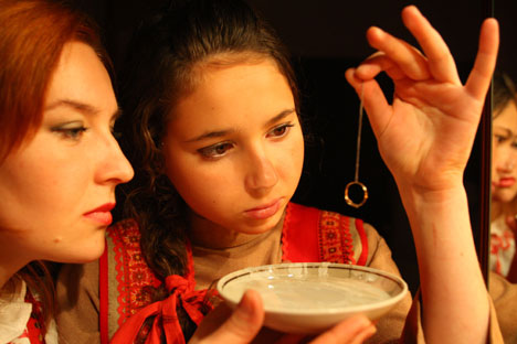 """Riječ """"svjatki"""" na ruskom označava vrijeme od Božića do Krstovdana, koje se u Rusiji posebno slavi i sadrži kršćanske i poganske elemente. U ovo vrijeme djevojke su gatale da saznaju svoju budućnost. Fotografija iz slobodnih izvora."""