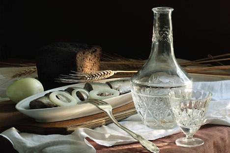 Votka se pije dobro rashlađena - hladi se u zamrzivaču najmanje sat vremena. Idealno rashlađena votka postaje gusta gotovo kao glicerin. Izvor: Lori/LegionMedia.