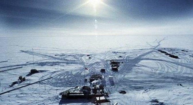 """Subglacijalno jezero Vostok leži ispod 4 kilometra leda Antarktičkog platoa, jednog od najsurovijih mjesta na Zemlji. Na fotografiji: ruska polarna stanica """"Vostok"""". Izvor: RIA """"Novosti""""."""