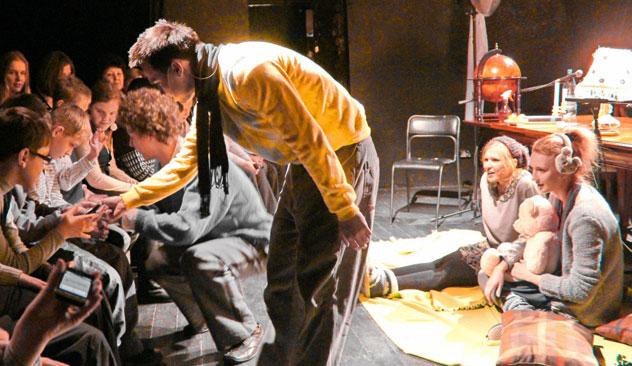 Svaki glumac bio je pripovjedač na sceni, a ujedno i lik iz predstave, uz to je i vješto stvarao neobične zvukove. Fotografija iz slobodnih izvora.
