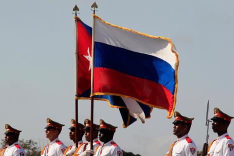 Latinoamerički pravac važan je samostalni vektor ruske vanjske politike. Samo u protekle dvije godine održano je 10 summita i više od 30 susreta visoke razine. Na fotografiji: zastave Rusije i Kube. Izvor: Reuters.