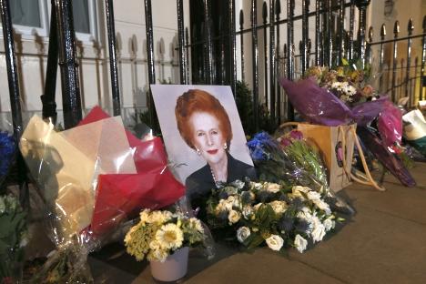 Raznovrsne emocije, izazvane smrću nekadašnje premijerke, toliko su različite da se ne možeš načuditi kako joj je svojevremeno uspjelo da tako snažno ''dodirne'' ljude da nju još uvijek nastavljaju iskreno mrziti te joj se iskreno diviti. Izvor: AP.