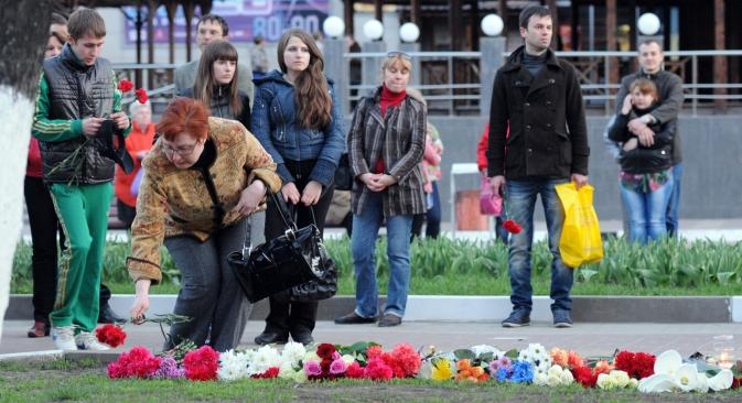 """Građani donose cvijeće na mjesto pucnjave na Narodnom bulevaru u Belgorodu koja je odnijela šest života. Izvor: RIA """"Novosti""""/ Mihail Malihin"""
