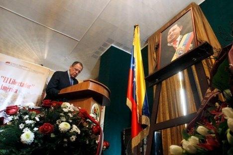 Ruski ministar vanjskih poslova Sergej Lavrov upisuje se u knjigu žalosti za Huga Cháveza tijekom svojeg posjeta venezuelanskom veleposlanstvu u Moskvi, 6. ožujka 2013. Izvor: Reuters