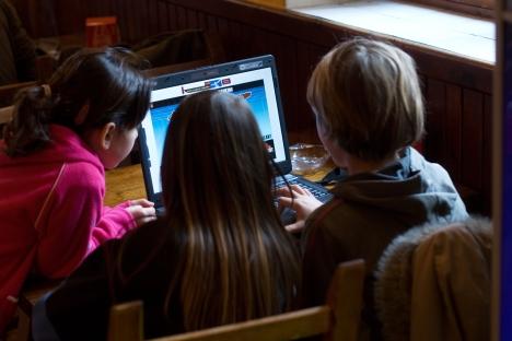Učenici iz tri rajona Novosibirske oblasti uče s nastavnikom koji se nalazi ispred svog kompjutera u Novosibirsku. Izvor: Alamy / Legion Media