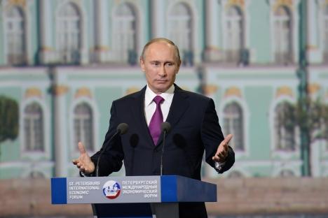 """Ruski predsjednik Vladimir Putin drži govor na Peterburškom međunarodnom ekonomskom forumu. Izvor: Aleksej Daničev / RIA """"Novosti"""""""