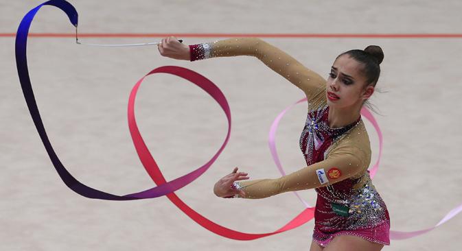 Nova zvijezda: sedamnaestogodišnja Margarita Mamun na nastupu s trakom. Izvor: AFP