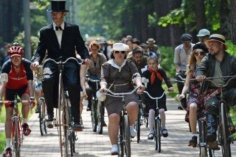 """Sudionici """"Vožnje biciklima iz prošlosti"""" održane ovog ljeta u parku """"Sokoljniki"""" u Moskvi. Izvor: Maksim Blinov / RIA """"Novosti"""""""