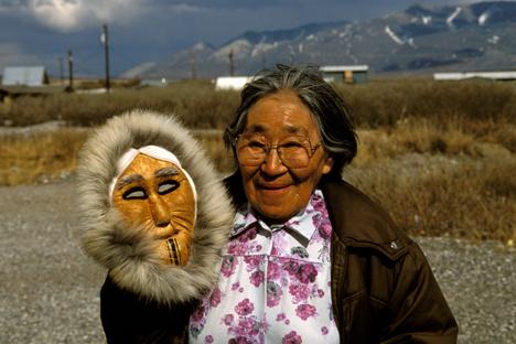 U nekim selima Aljaske govori se dijalekt ruskog jezika koji se neovisno razvijao od vremena Ruske Amerike (18. stoljeće). Na slici: Suzy Paneak, jedna od govornica najneobičnijeg dijalekta ruskog jezika. Izvor: Alamy / Legion Media