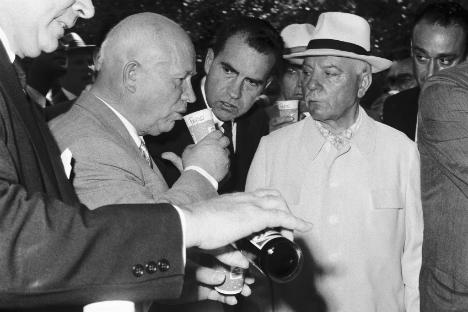 """Američki predsjednik Richard Nixon i sovjetski premijer Nikita Hruščov obilazili su paviljone u moskovskom parku Sokoljniki koje su 1959. konstruirali američki inženjeri. Jack Masey, glavni dizajner paviljona, rekao je da cilj izložbe nije bio zadiviti Sovjete i uvjeriti ih da je kapitalizam bolji od komunizma, već im ispričati priču o samim Amerikancima. Donald Kendall, tadašnji glavni čovjek Pepsija dao je Nikiti Hruščovu čašu s Pepsijem i čašu s pićem koje se proizvodilo i Moskvi. Sovjetski lider je veselo odgovorio : """"Moskovsko je bolje!"""". Foto: Corbis/Foto SA."""