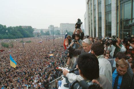 Deseci tisuća pristalica Borisa Jeljcina ispred Bijelog doma u Moskvi. Izvor: ITAR-TASS