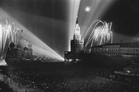 Moskva, 9. svibnja, 1945. Fotografija: Dmitrij Baljtermanec. Melodija sadašnje ruske himne dobila je status državnog simbola u Kremlju krajem 1943. godine.