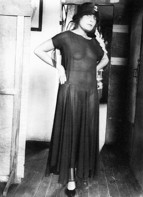 Лиља Брик во провиден, долг капут. Извор: Александар Родченко