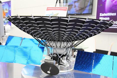 Maketa satelita Spektr–R , sastavnog dijela sustava Radioastron. Fotografija iz slobodnih izvora
