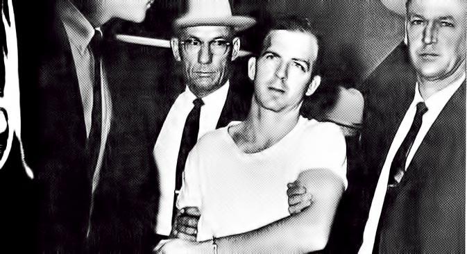 Azbuka žanra: Lee Harvey Oswald je uhićen. Čini se da neće umaći pouzdanim agentima FBI-a. No to se samo čini. Njegov ubojica Ruby već je sasvim blizu. Fotografija je preuzeta iz knjige: Nečiporenko O. M., Tri metka za predsjednika
