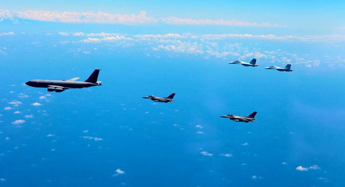 """NATO-ovi  i ruski lovci prate zrakoplov tijekom vojnih vježbi """"Vigilant Skies 2011"""". Izvor: Nato-Russia Council"""