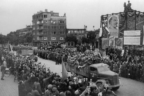"""Neostvarene Churchillove želje: građani Sofije 15. rujna 1944. pozdravljaju trupe Crvene armije. Izvor: RIA """"Novosti"""""""