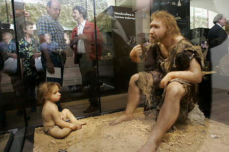 """Jedna od novijih rekonstrukcija neandertalskog muškarca i djeteta. Nova saznanja govore da su oni imali mnogo """"ljudskiji"""" izgled nego što se to vjerovalo prije nekoliko desetljeća. Izvor: AFP / Patrick Bernard"""