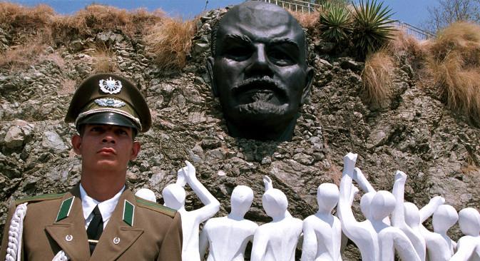 Kubanski vojnik na straži ispred spomenika vođi Ruske revolucije i osnivaču Sovjetskog Saveza Vladimiru Lenjinu u Havani. Izvor: AP