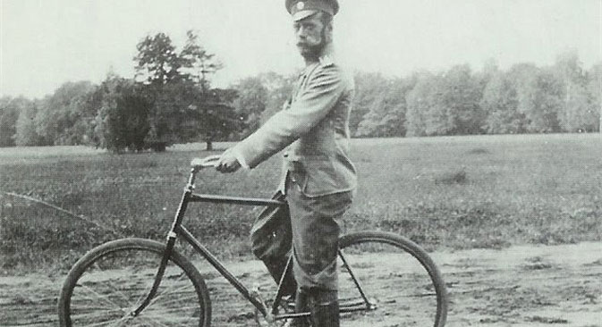 Imperator Nikolaj II. u vožnji biciklom. Izvor: Ministarstvo kulture RF