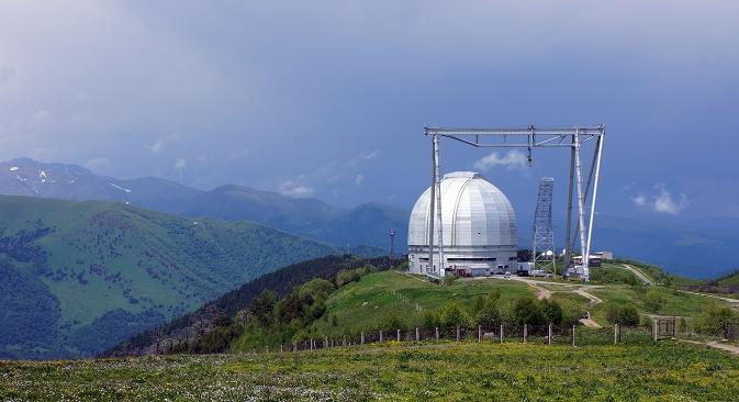 Kroz prozore opservatorija pruža se divan pogled na snježne planinske vrhove i mirne doline.