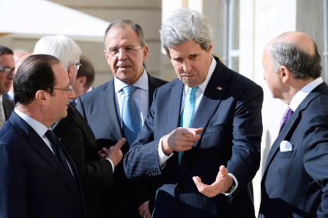 Predsjednik Francuske François Hollande, američki državni tajnik John Kerry i ministar vanjskih poslova Francuske Laurent Fabius razgovaraju dok šef ruske diplomacije Sergej Lavrov i njegov njemački kolega Frank-Walter Steinmeier u pozadini raspravljaju o Ukrajini, na pauzi susreta u Elizejskoj palači u Parizu. Izvor: AP