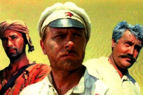 Glavni junaci easterna Bijelo sunce pustinje: drug Suhov, crvenoarmejac, jedan od najpopularnijih likova u povijesti ruskog filma (u sredini), Said (lijevo) i carinik Vereščagin, činovnik Ruskog Carstva (desno), koga današnji ruski carinici smatraju svojim simbolom. Izvor: kinopoisk.ru