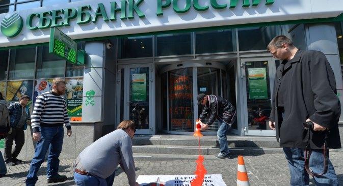 Zgrada glavnog ureda Sberbanke u Kijevu polivena bojom i prešarana grafitima. Fotografija iz slobodnih izvora.