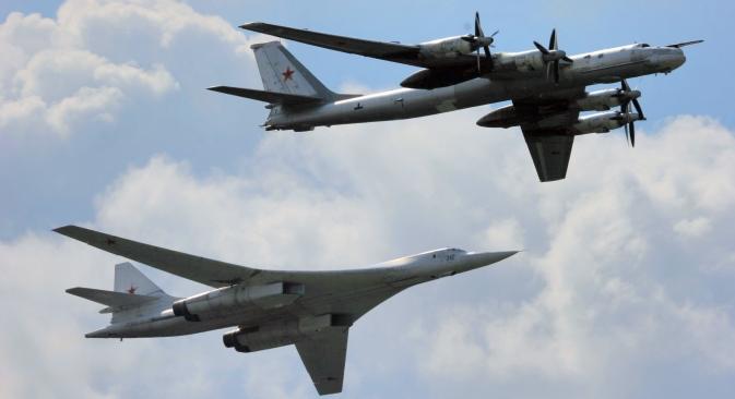Strateški bombarderi Tu-160 (lijevo) i Tu-95 (desno). Izvor: ITAR-TASS.