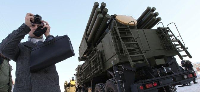 "Pancir-S1 (u sredini se vidi radar za praćenje cilja): dva dvocijevna protuavionska automatska topa i 12 raketa ""zemlja-zrak"", spremnih za uporabu. Izvor: Ria Novosti/Alexey Kudenko"