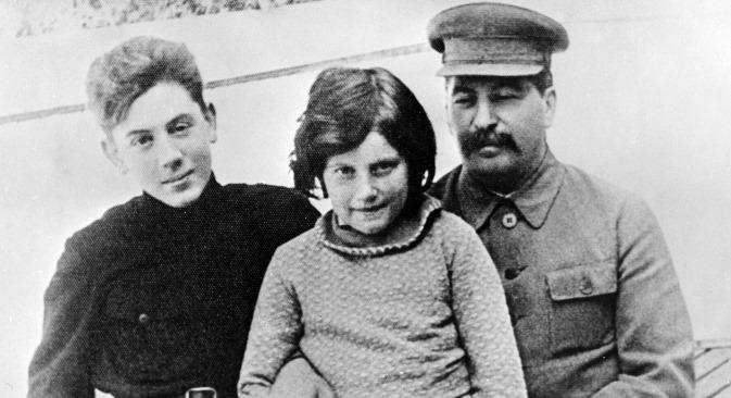 Svetlana Allilueva s tatom i bratom. Izvor: Ria Novosti