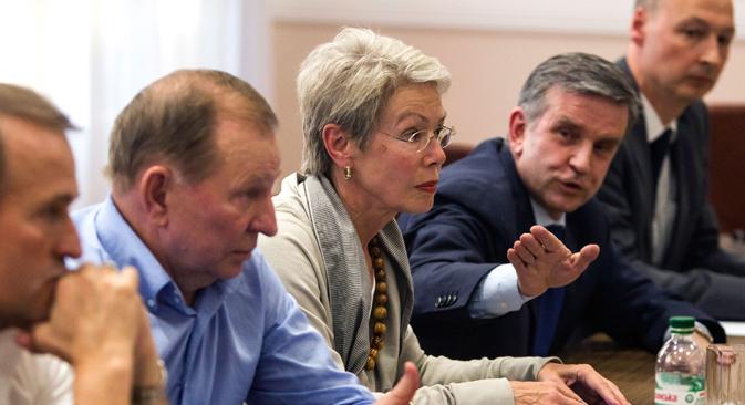 Bivši predsjednik Ukrajine Leonid Kučma (drugi slijeva), zastupnici OESS-a Heidi Tagliavini i veleposlanik RF u Ukrajini Mihail Zurabov na sastanku s liderima Luganske i Donjecke Narodne Republike u Donjecku. Izvor: Reuters.