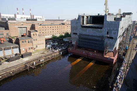 """Porinuće krmenog dijela prvog ruskog nosača helikoptera tipa """"Mistral"""" u Baltičkom brodogradilištu u Sankt Peterburgu, 26. lipnja. Izvor: ITAR-TASS."""