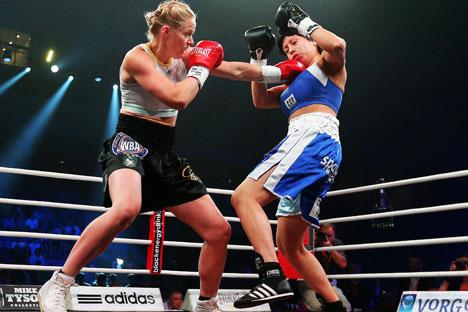 Svetlana Kulakova i Ana Laura Esteche iz Argentine u borbi za titulu svjetskog prvaka po verziji WBA u poluteškoj kategoriji, u okviru programa The Golden Gloves 2: Black Energy. Izvor: ITAR-TASS