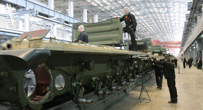 """Radnici Znanstveno-proizvodne korporacije """"Uralvagonzavod"""" u pogonu za sklapanje tenkova. Izvor: RIA Novosti"""