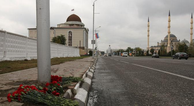 Cvijeće na mjestu terorističkog napada na Prospektu Huseina Isaj u Groznom. Izvor: RIA Novosti