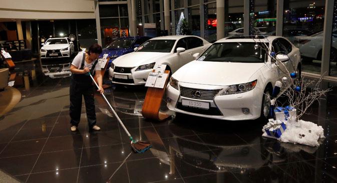 Zbog naglog smanjenja tečaja rublja u odnosu na dolar i euro, u Rusiji su obustavljene prodaje stranih automobila. Izvor: Reuters