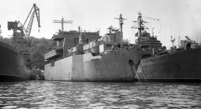 """Ukrajina je 1995. SAD-u prodala sovjetski tanker pomoćne flote """"Dixon"""" po cijeni starog željeza. Američki stručnjaci su na brodu, međutim, otkrili dijelove tehnike za lasersko oružje. Fotografija iz slobodnih izvora."""