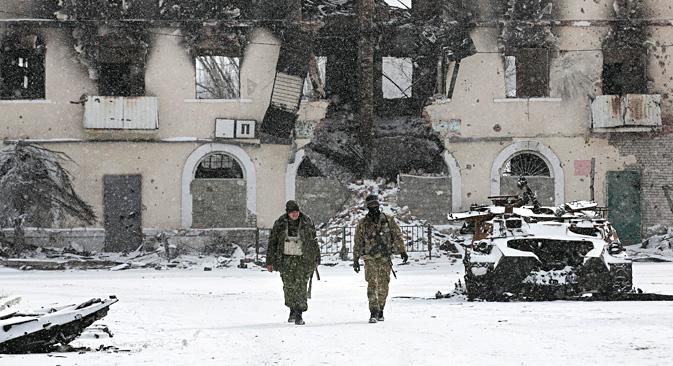 Borci DNR-a pored uništenog ukrajinskog oklopnog vozila u Ugljegorsku, 10 km zapadno od Debaljceva. Izvor: Reuters