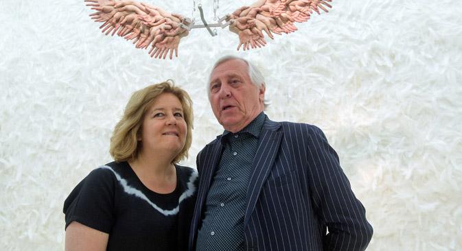 """Britanski redatelj Peter Greenaway i njegova supruga, nizozemska redateljica Saskia Boddeke, poziraju fotografu na svojoj izložbi """"Pokornost. Instalacija u 15 soba""""' u Židovskom muzeju u Berlinu 21. svibnja 2015. Izvor: EPA."""